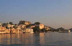 历史湖边建筑学城市宫殿都市风景乌代浦印度 库存图片