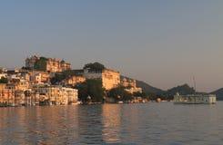 历史湖边建筑学城市宫殿都市风景乌代浦印度 免版税图库摄影