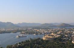 历史湖边建筑学城市宫殿都市风景乌代浦印度 免版税库存照片