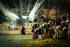 历史的争斗的重建在俄国人和拿破仑的队伍之间的从俄国市Maloyaroslavets 库存照片