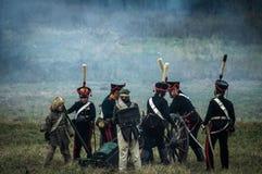 历史的争斗的重建在俄国人和拿破仑的队伍之间的从俄国市Maloyaroslavets 库存图片