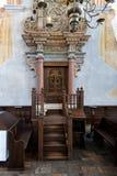 历史的伟大的犹太教堂大厦的内部 免版税库存图片