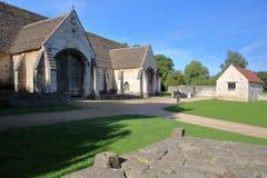 历史的储放什一税农产品的仓库,中世纪修道院石谷仓,雅芳河畔布拉福,英国的外视图 免版税库存照片