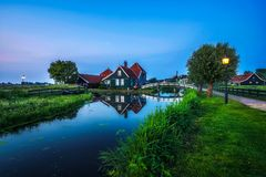 历史的农厂房子在Zaanse Schans荷兰村庄在晚上 库存照片