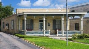 历史的单层的大厦在Fredericksburg得克萨斯 免版税库存图片