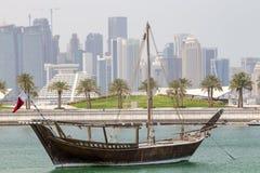 历史的单桅三角帆船和塔在多哈 免版税库存图片