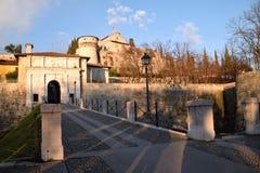 历史的城堡的看法从市的布雷西亚-布雷西亚- 库存照片