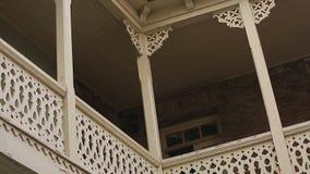 历史的城市房子在第比利斯,街道大阳台装饰葡萄酒片段  股票视频