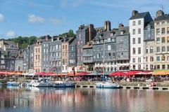 历史的城市翁夫勒港口有帆船和餐馆的 免版税库存照片