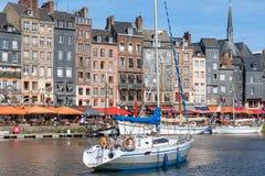 历史的城市翁夫勒港口有操纵的帆船 库存图片
