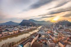 历史的城市萨尔茨堡的日出视图 库存图片