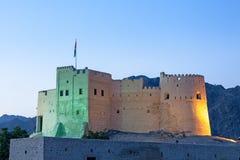 历史的堡垒在富查伊拉照亮了在黄昏 库存图片