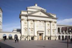 历史的处所华沙老镇- Krakowskie Przedmiescie街道的圣安妮教会有皇家城堡正方形的在背景中 库存图片