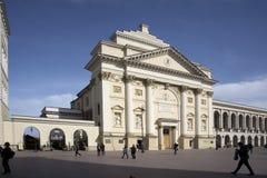 历史的处所华沙老镇- Krakowskie Przedmiescie街道的圣安妮教会有皇家城堡正方形的在背景中 库存照片