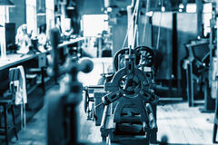历史的大厅用技术设备,与强的技术噪声的被设色的蓝色 适当作为一个技术基本的图象 图库摄影