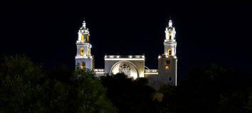历史的大教堂在晚上在梅里达,墨西哥 免版税库存照片
