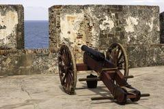 历史的大炮准备好在老圣胡安波多黎各 免版税库存照片