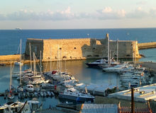 历史的威尼斯式堡垒Castello一匹母马在早晨阳光下, Heracleion,克利特海岛旧港口  图库摄影