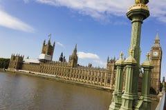 历史的威斯敏斯特宫的看法从威斯敏斯特桥梁,伦敦,英国的 免版税库存图片