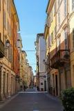 历史的市中心狭窄的老街道  意大利piacenza 免版税库存图片