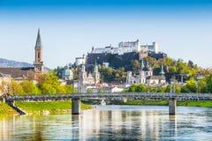 历史的市有萨尔察赫河河的春天,奥地利萨尔茨堡 免版税库存照片