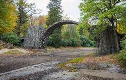 历史的恶魔的桥梁在Kromlau 免版税库存照片