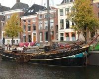 历史的房子和小船 库存图片