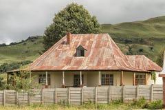 历史的房子,有一个山背景的,在Bulwer 免版税库存图片