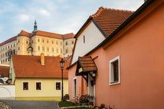 历史的捷克镇Mikulov街道和房子有城堡的 库存照片