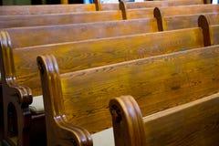 历史的教会木头座位 免版税库存照片