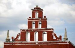 历史的教会门面和塔在梅里达,墨西哥 免版税库存照片