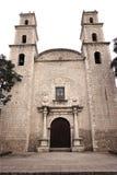 历史的教会门面和钟楼梅里达,墨西哥 库存图片