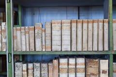 历史的旧书在图书馆,木书架里 免版税库存图片