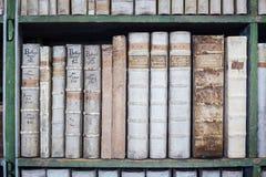 历史的旧书在图书馆,木书架里 库存图片