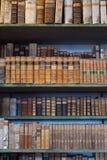 历史的旧书在图书馆,木书架里 免版税图库摄影