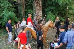 历史的服装的人们在斯皮兰贝尔托集会,意大利公园  免版税库存图片