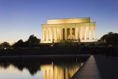 历史的林肯纪念堂的盛大看法被照亮在夜间,全国购物中心,华盛顿特区 库存图片