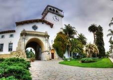 历史的法院大楼入口在圣塔巴巴拉,加利福尼亚 免版税库存图片
