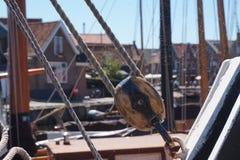历史的渔船绳索和零件,与蜘蛛网 免版税库存图片