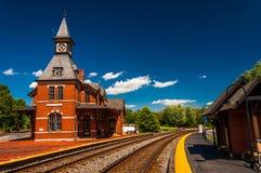 历史的火车站,沿关于R的火车轨道 免版税库存照片