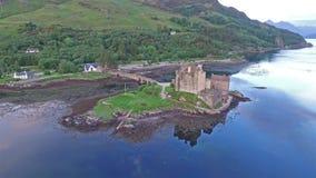 历史的爱莲・朵娜城堡的鸟瞰图Dornie 股票视频
