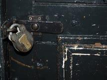 历史的牢房门锁和手铐Kilmainham拘留都伯林 免版税库存图片