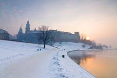 历史的皇家Wawel城堡在克拉科夫,波兰,和冻维斯瓦河在冬天。 免版税库存照片