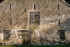 历史的砌石谷仓和古董木头门 库存照片