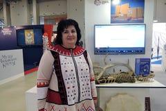 历史的礼服的一名妇女在Intermuseum 免版税库存照片