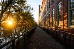 历史的纺织厂和洛厄尔,马萨诸塞Merrimack河  库存图片