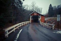 历史的组装马鞍桥梁在农村宾夕法尼亚 免版税图库摄影