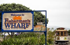 历史的缆车,鲍威尔海德线和2017年8月17日的渔夫` s码头可喜的迹象, -旧金山,加利福尼亚,加州 免版税库存照片