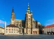 历史的老大教堂在有蓝天的欧洲 库存图片
