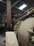 历史的老金属铁蒸汽引擎关闭在一个老谷仓棚子 免版税库存图片